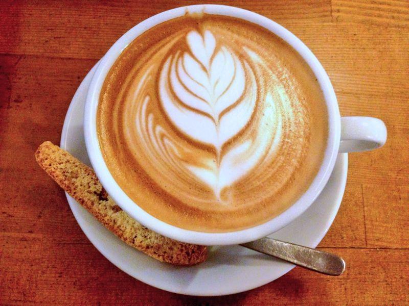 低糖質シフォンケーキとデカフェのカフェラテで安心お茶会。